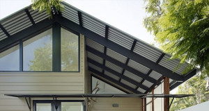 Монтаж крыши дома. Использование профнастила.